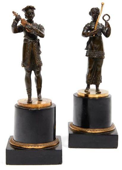 PAIRE DE STATUETTES en bronze ciselé, patiné...