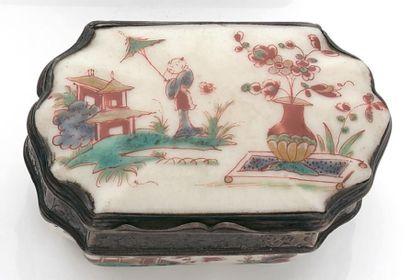 BOITE oblongue en porcelaine à décor aux...