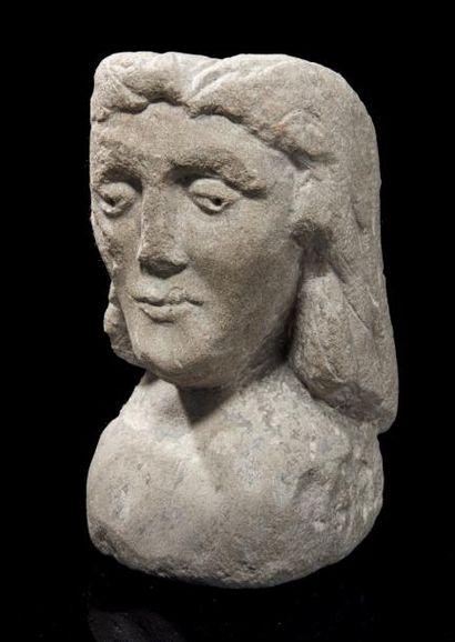 Buste de divinité (?) en pierre calcaire...