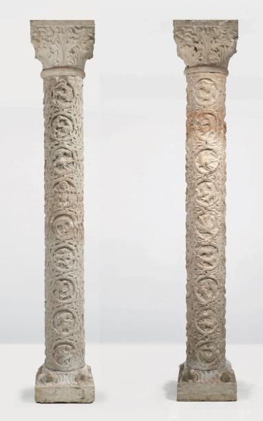 Paire de colonnes en marbre sculpté avec...