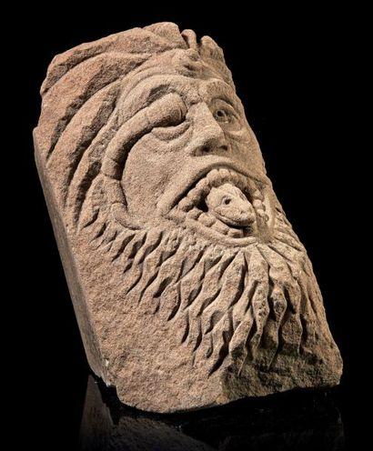 Modillon en grès ocre sculpté représentant...
