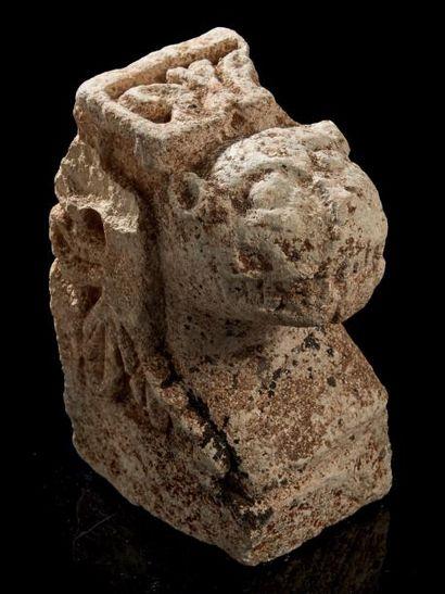 Modillon en pierre calcaire sculptée en fort...