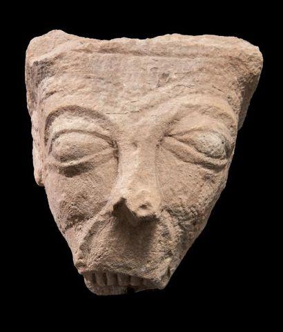 Modillon en pierre calcaire sculptée représentant...