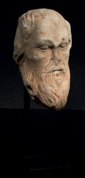 Tête d'homme barbu en marbre sculpté. Visage...
