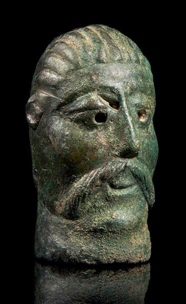 Tête d'homme, divinité ou fidèle ?, en bronze...