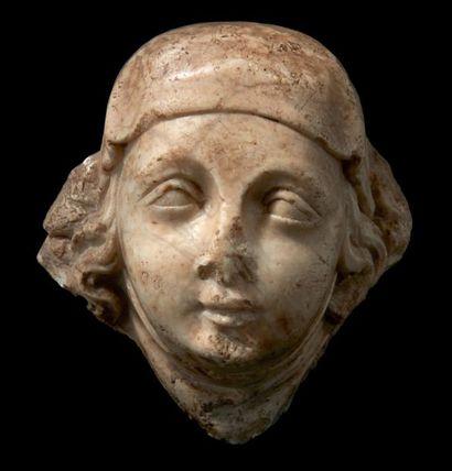 Tête de gisant féminin en marbre sculpté...