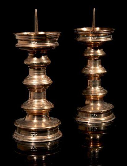 Paire de pique-cierges en bronze. Fût à trois...