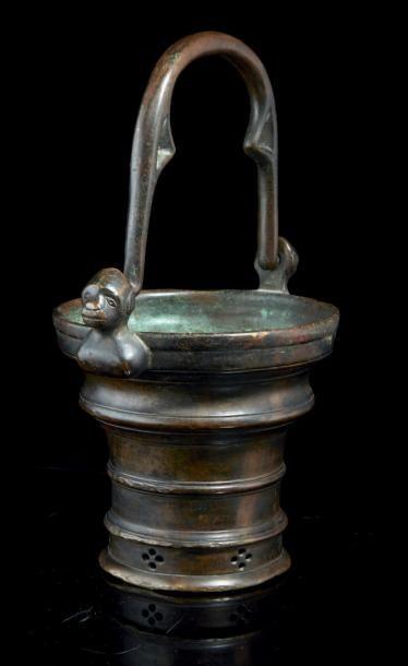 Seau à eau bénite en bronze. Corps évasé...