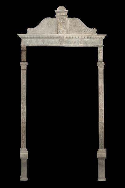 Chambranle de porte en pierre calcaire sculptée...