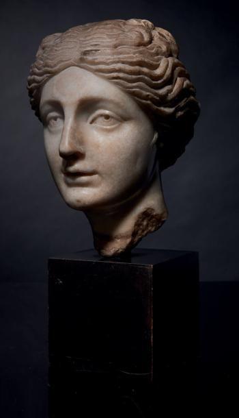 Tête de femme à l'antique en marbre sculpté....