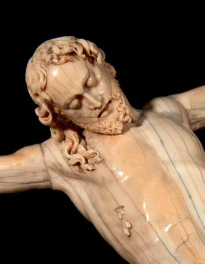 Grand Christ mort en ivoire sculpté. La tête inclinée sur l'épaule droite avec visage...