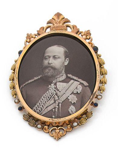 BROCHE en métal, ornée du portrait de Edouard...