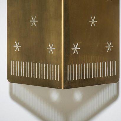 PAAVO TYNELL (1890-1973) Finlande Paire d'appliques modèle «6200» Laiton perforé...