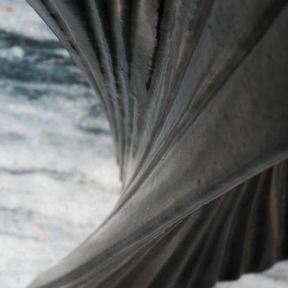 ROGER CAPRON (1920-2006) France Vase hélicoïdal Grès émaillé à glaçure noire à grandes...