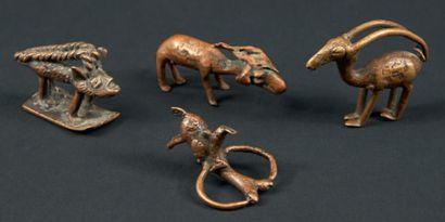 UN LOT DE QUATRE POIDS À PESER L'OR ZOOMORPHES, dont une gazelle, une chèvre et...