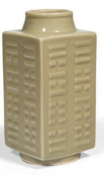 VASE de forme «cong» en porcelaine émaillée...