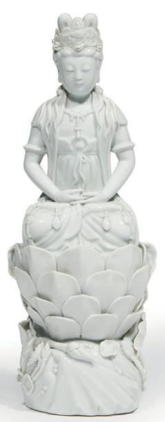 STATUETTE de Guanyin en porcelaine émaillée...