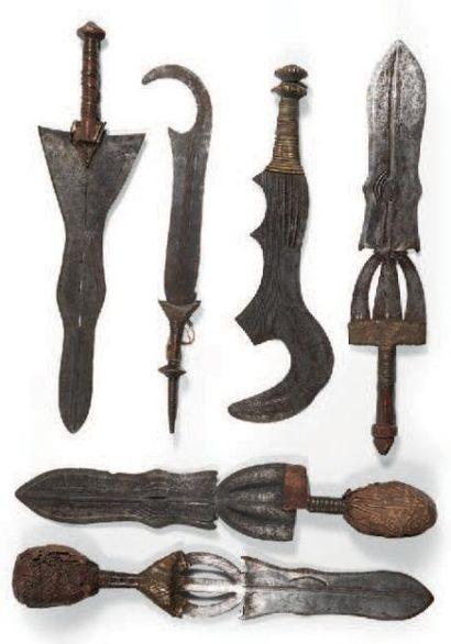 UN LOT DE SIX ARMES dont quatre épées courtes...