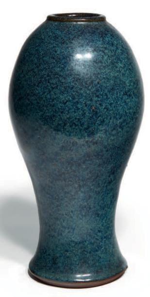 VASE zun en grès de yixing émaillé bleu tacheté...