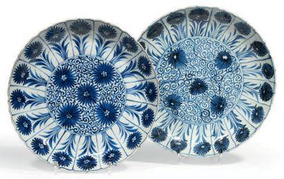 PAIRE DE COUPES polylobées en porcelaine...