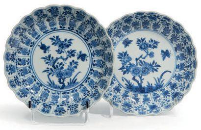 PAIRE DE COUPELLES polylobées en porcelaine...
