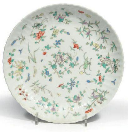 COUPE côtelée en porcelaine émaillée polychrome...