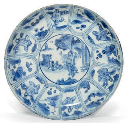PLAT rond en porcelaine bleu blanc à décor...
