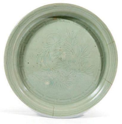 PLAT en porcelaine émaillée céladon à décor...