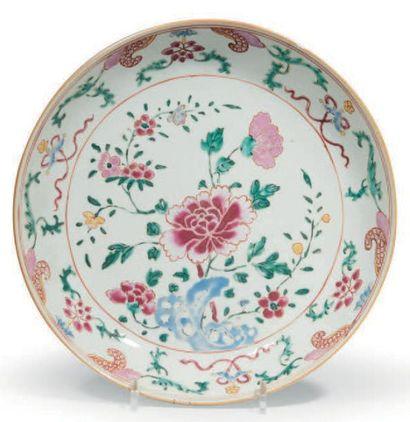 COUPE en porcelaine décorée en émaux polychromes...