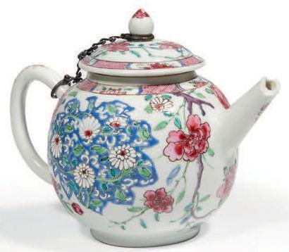 VERSEUSE en porcelaine décorée en émaux polychromes...