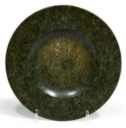 ASSIETTE en néphrite verte. (cassé en deux)....