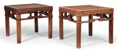 PAIRE DE TABOURETS en bois l'assise carrée...