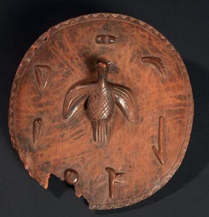 UN ANCIEN ET RARE COUVERCLE À PROVERBE orné en son centre d'un oiseau aux ailes...
