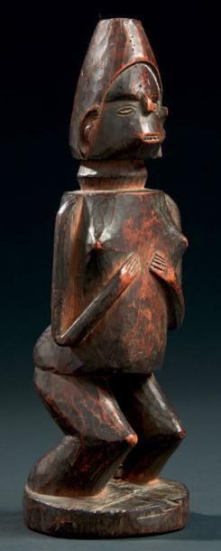 UNE ANCIENNE STATUETTE «FÉTICHE» ANTHROPOMORPHE...