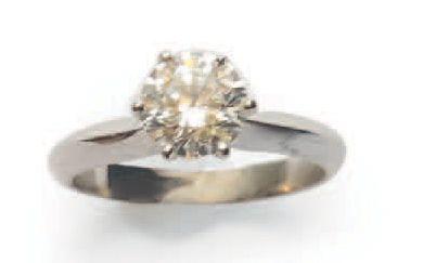 BAGUE en platine, ornée d'un diamant de taille...