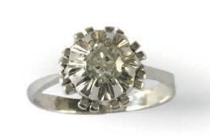BAGUE en or gris 18K (750), ornée d'un diamant...