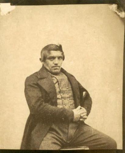 ALOIS LÖCHERER (ATTRIBUÉ À) Portrait d'homme assis vers 1850 Épreuve sur papier salé...