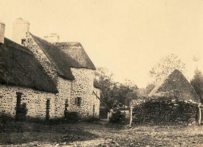 PAUL MARES (DIT PABLO) 2 photographies vers 1855 Ferme, et 3 personnes posant sur...