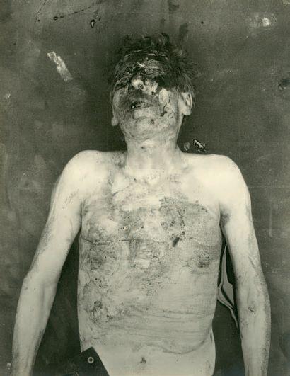 [MORT] Photographe non identifié Vue en plongée sur le cadavre d'un homme, vers...