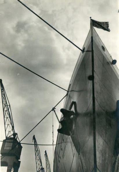 FERNAND NADAL Étrave de bateau au port, vers 1930 Épreuve argentique vintage H_27,6...