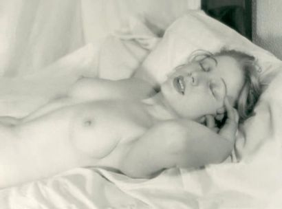 [NU FEMININ DORMANT] Photographe non identifié...