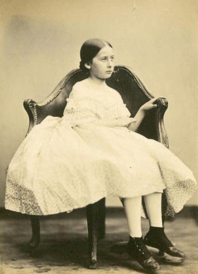 VICTOR OLRY Fillette de la famille Olry, vers 1855 Épreuve sur papier salé d'après...
