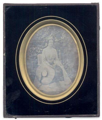 DAGUERREOTYPE ¼ DE PLAQUE Femme au jardin, vers 1850 H_9 cm L_7 cm (à vue), ova...