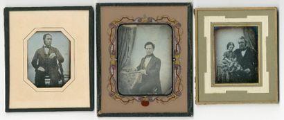 DAGUERREOTYPES 3 portraits, 1845-1850 De H_7,4 cm L_5,7 cm à H_9,4 cm L_7,1 cm Timbre...