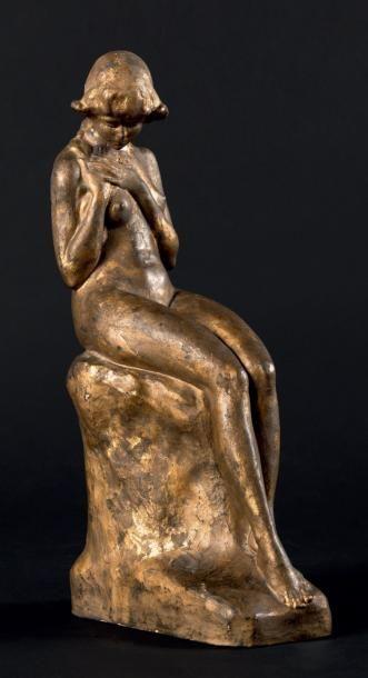 Philippe WOLFERS (1858-1929) Ingénue, ca 1916 Plâtre doré. Signé sur la terrasse....