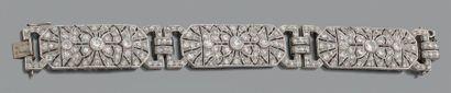 Bracelet en platine articulé de trois motifs...