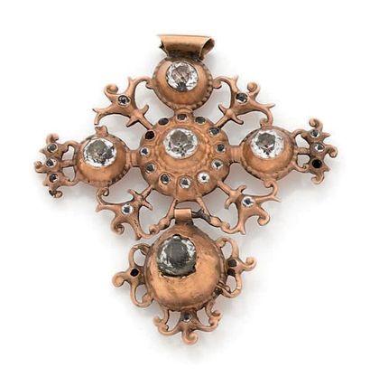 Croix-pendentif en argent doré découpé, orné de pâtes de verre incolores. Travail...