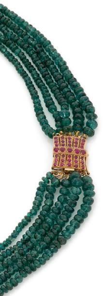 Collier multi-rangs de perles facettées d'émeraudes,...