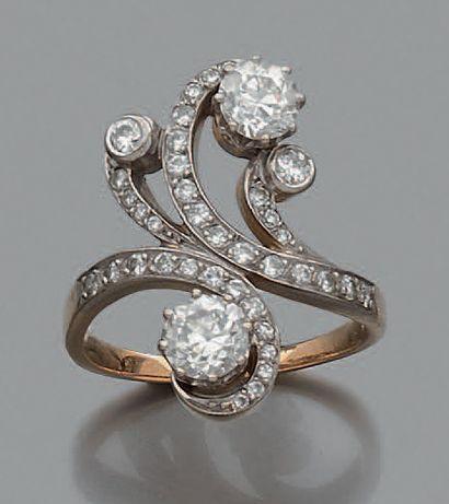 Bague en or 18K (750) toi et moi, ornée de deux diamants ronds de taille ancienne,...