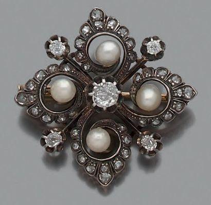 Broche quatre-feuilles en argent et en or 18K (750), ornée de 4 perles (non testées),...